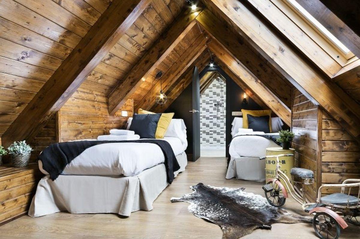 O cameră de odihnă pentru două persoane, potrivită mai ales pentru copii este ambientată simetric, iar ușa de acces către baia camerei situată între paturi.