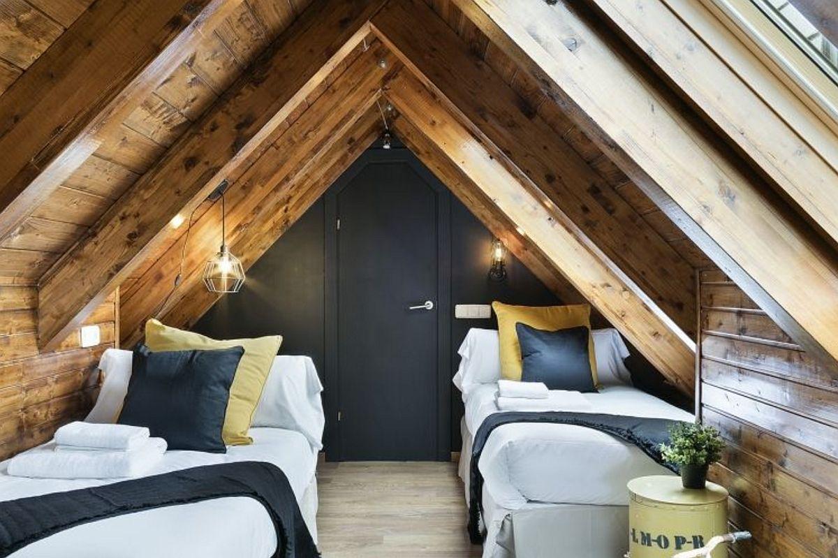 Ce poți face pentru a camufla o ușă? O poți vopsi și aceeași nuanță ca și pereții din jur. Aici, la mansardă, ușa a fost realizată pe comandă pentru a fi la fix în spațiul îngust de sub panta acoperișului.
