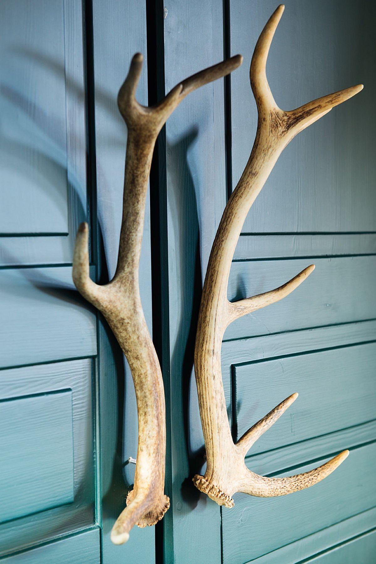 O idee interesantă și potrivită pentru o casă de vacanță la munte: mânere din coarne de cerb.