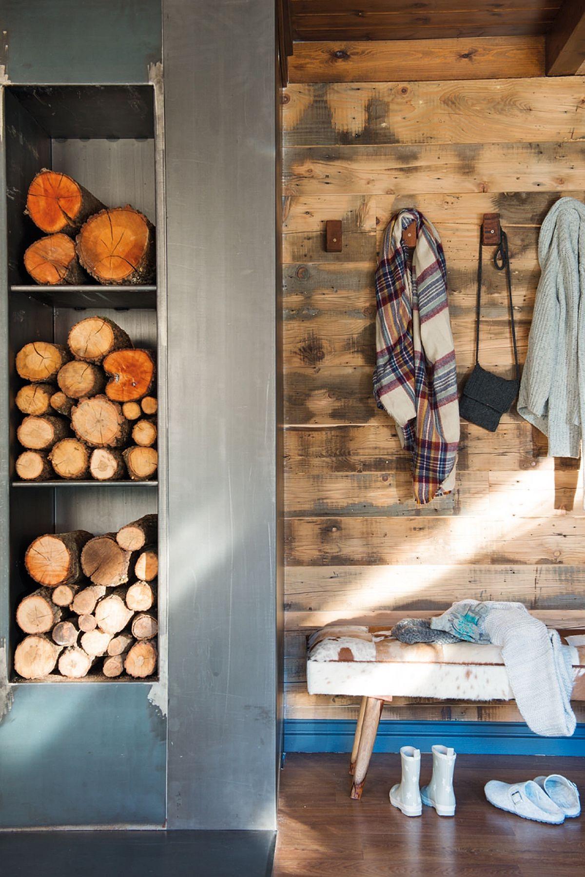 Un loc de cuier marcat printr-o placare cu lemn cu aspect vintage și plintă albastră, o bancă cu tapițerie pufoasă și deja ești proiectat în atmosfera vacanței la munte.