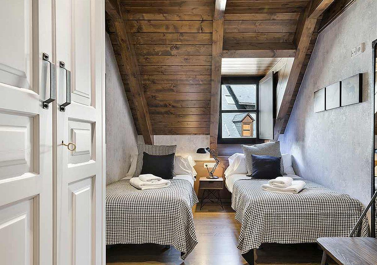 Spațiu mic, dar perfect pentru două paturi de cîte o persoană, între care sunt minimum 60 de centimetri distanță. Sub pantă sunt amplasate paturile, pentru ca în zona înaltă să încapă la fix dulapurile cu fronturi albe.