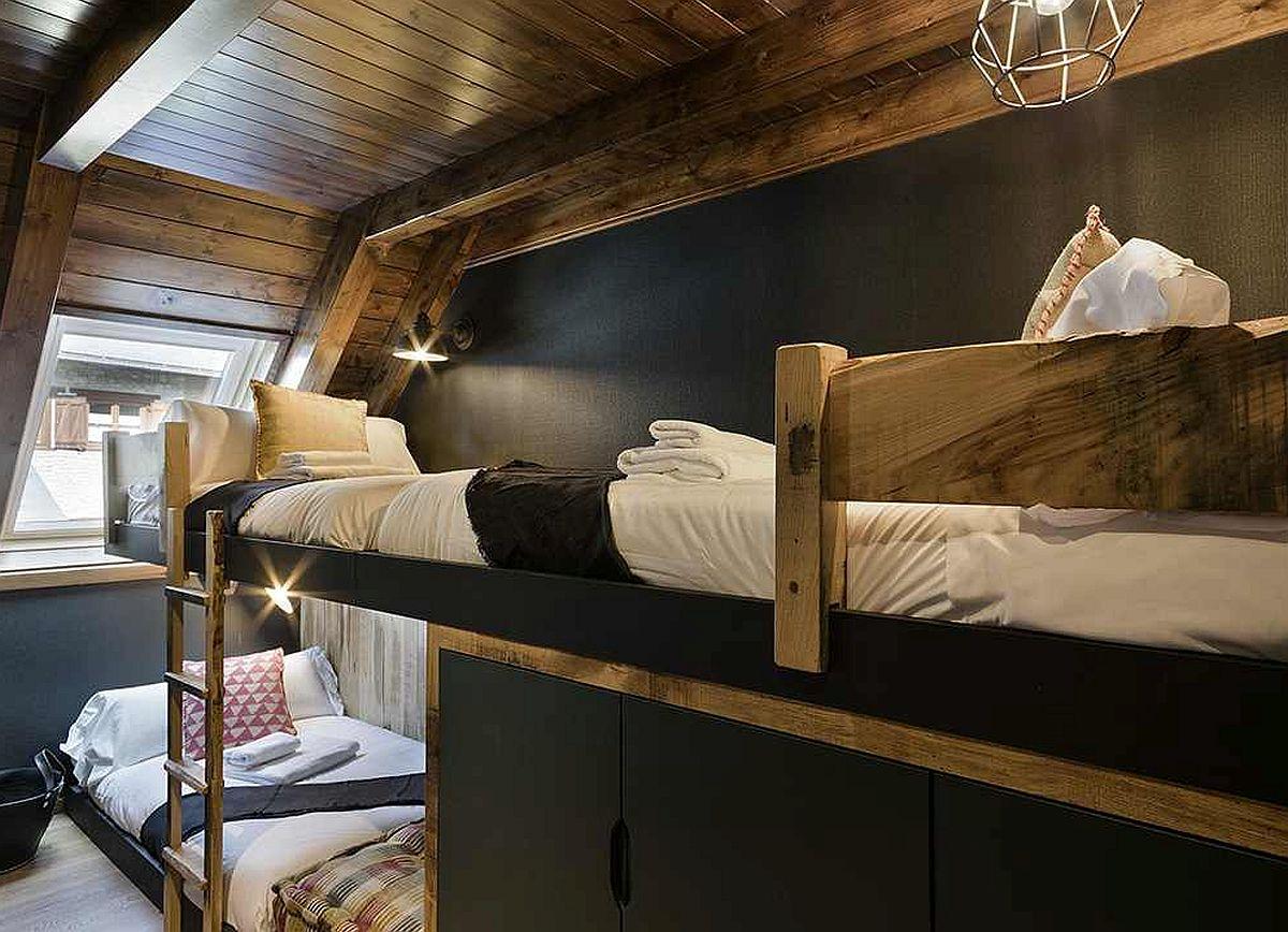 Spațiu lung și îngust la mansardă? Da, poate fi folosit pentru paturi suprapuse, dar asimetrice. Astfel, sub patul etajat se poate configura spațiu de depozitare.