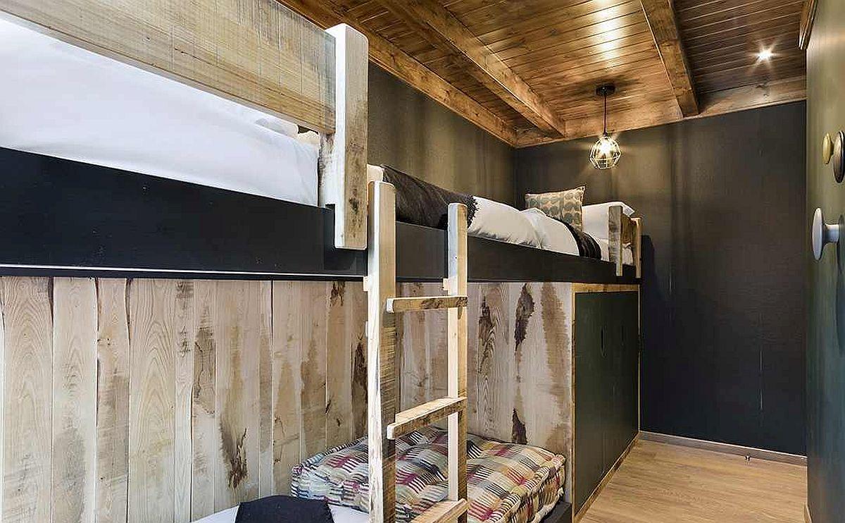 Nuanțele închise dau foarte bine cu texturile din lemn mai ales într-un spațiu mic. Ceea ce este închis dă senzația de profunzime, iar lemnul vine să confere căldura mult dorită într-o casă de vacanță.