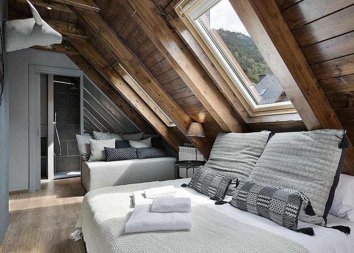 O mică sofa ca loc de relaxare și lectură este strategic poziționată între zona de pat și baia camerei. Astfel, spațiul lung și îngust este bine exploatat, dar și cu o notă romantică pe gustul multora.