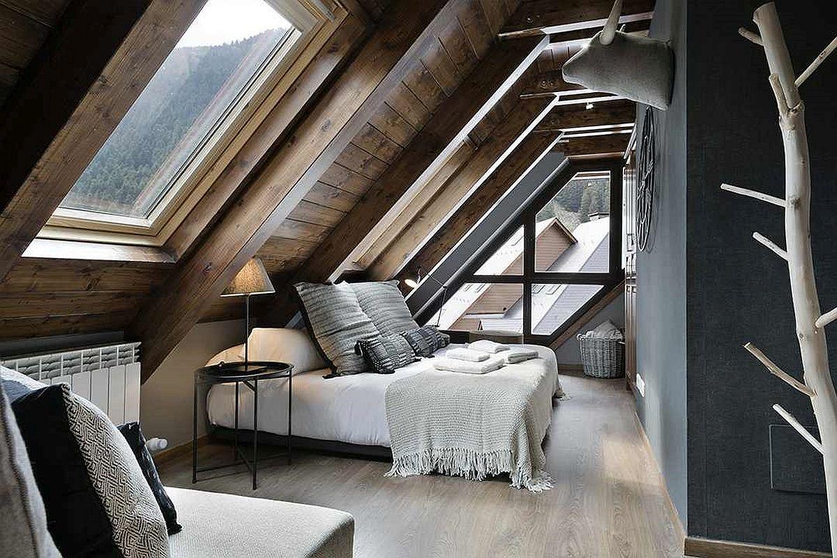Un dormitor matrimonial unde ferestrele sunt în lateralul și în spatele patului, dar care are și o zonă de lectură ce te invită să explorezi peisajul din jur.