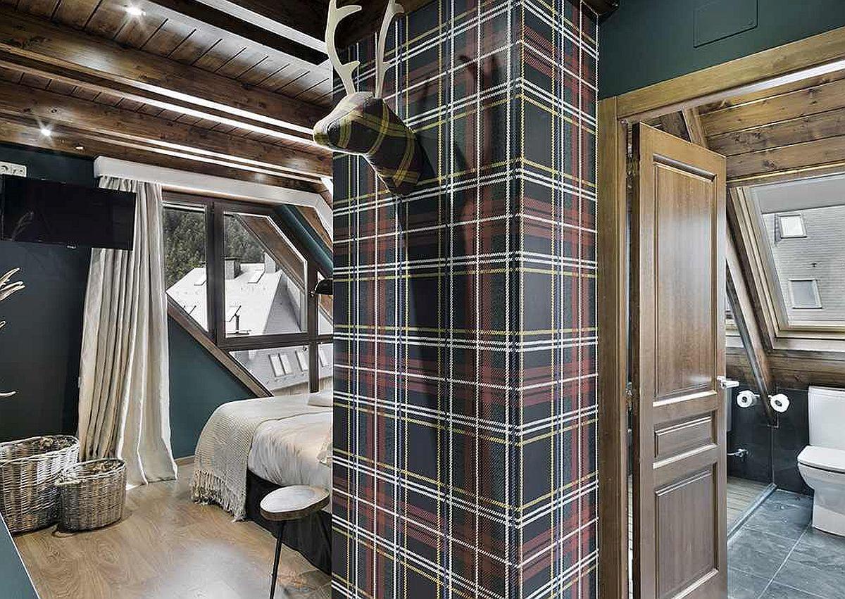 Baia dormitorului matrimonial este amplasată la îndemână, fiind separatp cu ușă și beneficiind de lumină naturală din plin.