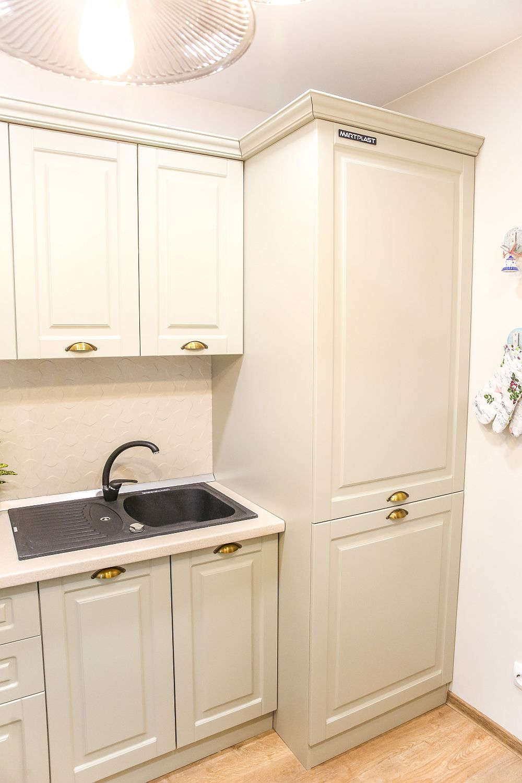 Centrala termică instalată în apartament este pe gaze și este mascată în corpul de mobilier înalt. Partea de jos corespunde locului mașinii de spălat rufe, mutată aici din baie și conectată la instalația de apă a chiuvetei.
