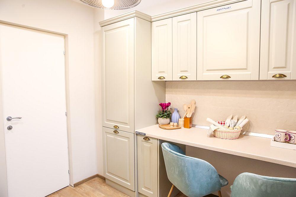 Combina frigorifică este încorporată în mobilier, respectiv în corpul înalt de după ușă.