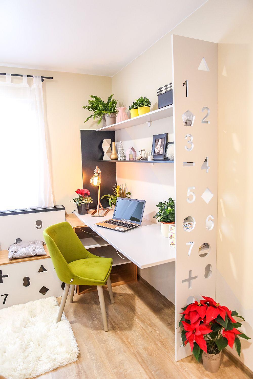 Locul pentru birou este gândit cu rafturi pentru depozitare, dar și cu corp sub blatul mesei, în prleungirea banchetei din fața ferestrei. Mobila este realizată pe comandă la Martplast după proiectul lui Ciprian. Decorațiunile sunt de la Dedeman, mai puțin lampa de birou realizată de către Ciprian.