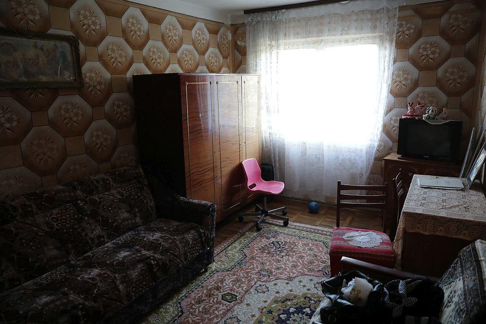 Camera fetei ÎNAINTE de renovare. Această încăpere era inițial un soi de dormitor și cameră de depozitare, ea nefiind locuită pe timpul sezonului rece.