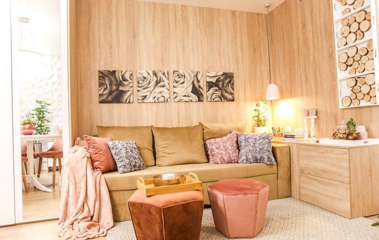 Pentru că locul de dormit este pe canapea, în lateralul canapelei am prevăzut un mic mobilier pentru depozitare, dar și cu rol de noptieră cu două sertare. Taburetele sunt de la Mobila Dalin, ca și covorul. În olginda dulapului se văd plăcile 3D din ipsos care decorează peretele cu televizorul.