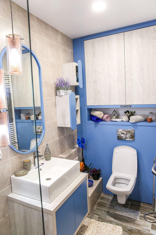 În spatele vasului wc peretele ce maschează rezervorul îngropat este placat cu MDF vopsit, placări furnizate pe comandă de Martplast, la fel ca și mobila din baie.