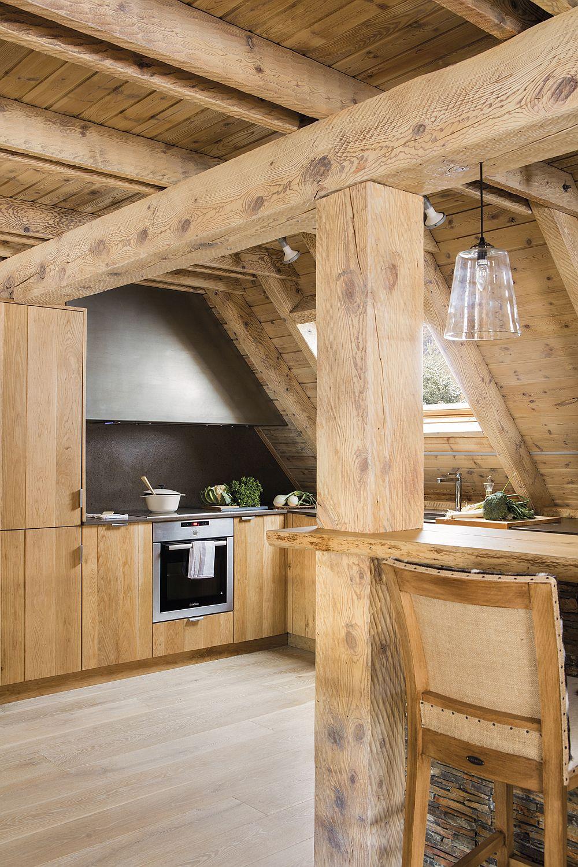 Pentru zona de gătit, dar și pentru locul combinei frigorifice, decoratoarea a avut în vedere spațiul mai înalt din mansardă. Ferestrele Velux asigură lumină naturală în zonele importante, dar și ventilație naturală. Fiind o casă de vacanță, deci unde se gătește ocazional, hota nu a fost instalată.
