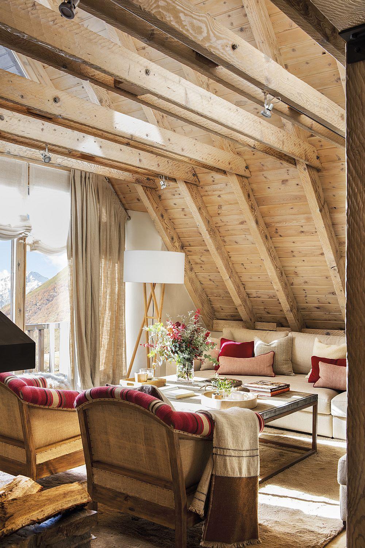 Când lemnul predomină în spațiul unei mansarde, restul obiectelor de mobilier masive, cum ar fi cele tapițate și decorațiunile textile care ocupă suărafețe mari (draperii, perdele) merită să fie deschise la culoare pentru un plus de luminozitate. De asemenea, lampadarele cu abajururi sunt mult mai prezente într-un astfel de spațiu, iar contrastul dintre finisajele rustice și aspectul actual al corpurilor de iluminat dă foarte bine.