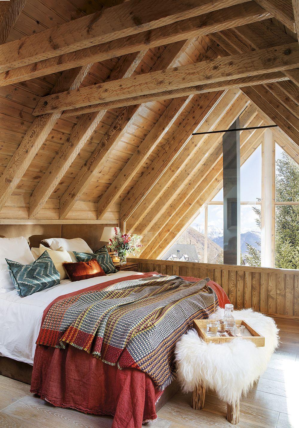 Domritoarele au fost și ele modificate ca finisaje, dar și ca spații prin montarea unor ferestre mari. Atmosfera într-o astfel de încăpere este completată prin decorațiunile textile inspirat alese.