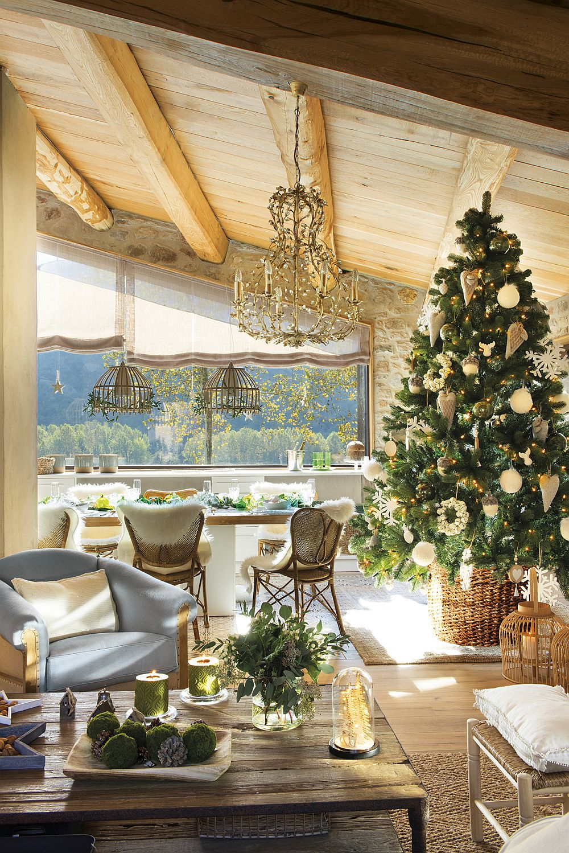 Care este cel mai prezent obiect de Crăciun? Evident, bradul! În funcție de cum este poziționat i decorat, el merită să fie reperul pentru întreaga decorare a casei. Aici bradul are globuri și decorațiuni preponderent albe, în loc de bază are un coș împletit, în loc de ghirlande are doar luminițe, astfel că aspectul lui natural, de verde este pus în evidență de decorațiuni și nu încărcat, ascuns de ele. O combinație naturală în acord cu restul casei, unde lemnul, piatra și țesăturile deschise din in și bumbac predomină.