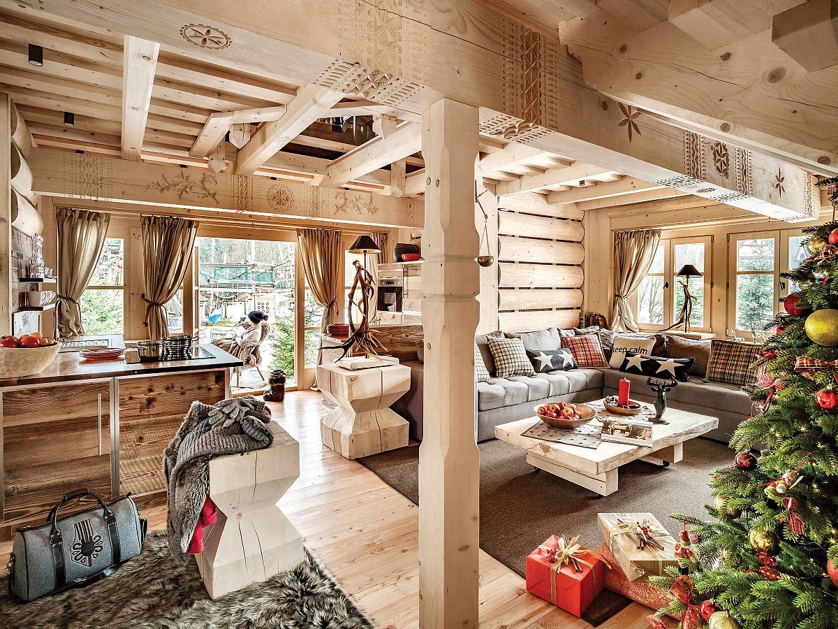 Intrarea în cabană coincide cu intrarea în zona de zi, unde parterul este deschis, cu excepția unui mici debarale pentru schiuri și a băii. În rest bucătăria comunică deschis cu livingul și zona locului de luat masa. Mai mult, o parte din structura planșeului etajului a fost lăsată la vedere și a fost creat un mic loc de dormit la mezanin pentru a conferi senzația de înălțime unde lemnul masiv domină ambientul.
