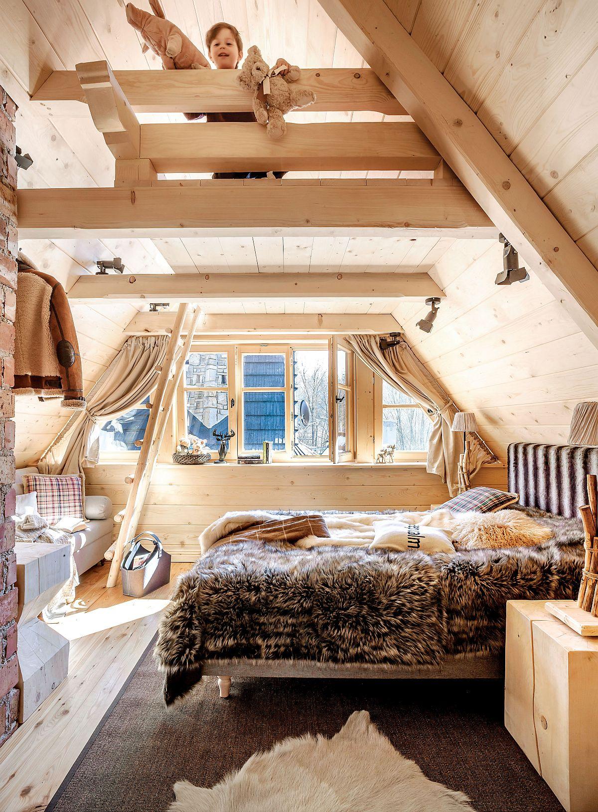 Sunt două dormitoare la etaj, pe lângă locul din mezanin, dar doar un dormitor beneficiază de propria baie. Însă dormitoarele sunt gînditepentru familii, așa că acolo unde nu te șatepți, sub panta acoperișului mai există un loc de pat.