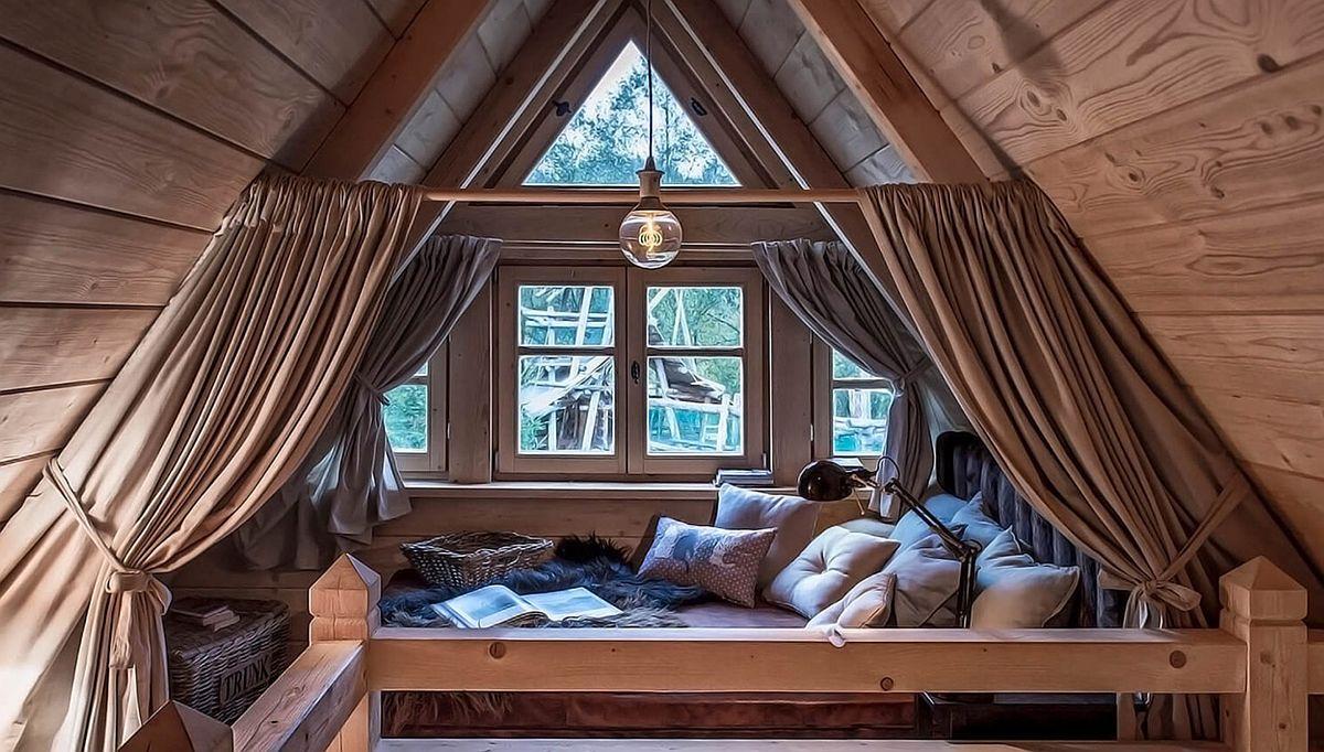 La mezanin există un loc idilic ce poate fi folosit ca și un al treilea dormitor al cărui intimitate este asigurată cu draperii. Este gîndit mai degrabă pentru copii. De aici se vede frumos livingul cu șemineu.
