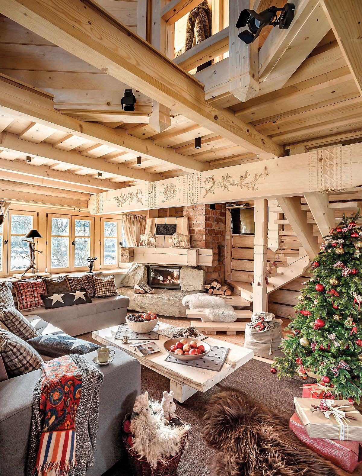 Mai mult, o parte din structura planșeului etajului a fost lăsată la vedere și a fost creat un mic loc de dormit la mezanin pentru a conferi senzația de înălțime unde lemnul masiv domină ambientul.