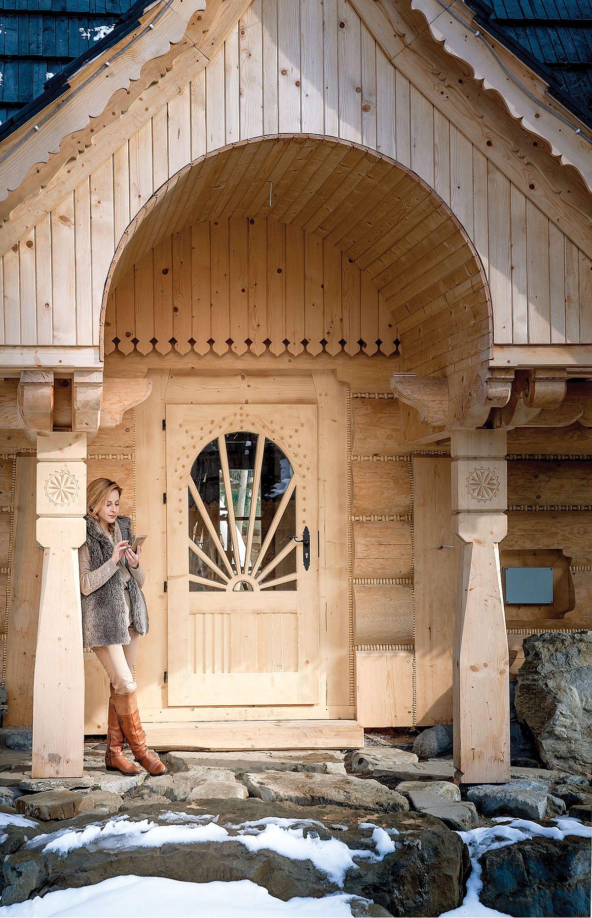 Fiecare cabana din micul sat de vacanță, ridicat din 205 încoace, are o arhitectură tradițională cu elemente realizate manual, respectiv sculptate și decorate de către meșteri tâmplari.