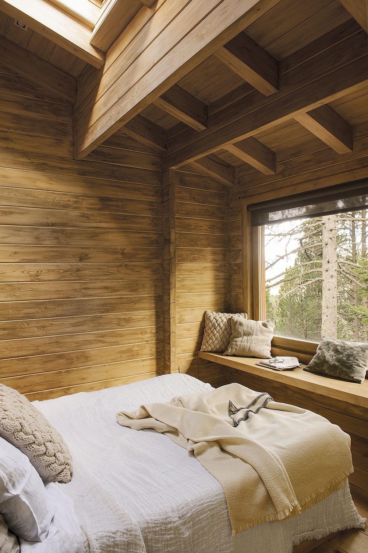 Dormitoarele sunt mici, dar foarte plăcut amenajate, iar paturile orientate de așa natură încât din pat să poată fi admirat pe ferestre peisajul montan. Pentru toată casa a fost instalat un sistem de încălzire prin pardoseală pentru aputea fi exploatate toate zonele din dreptul ferestrelor.