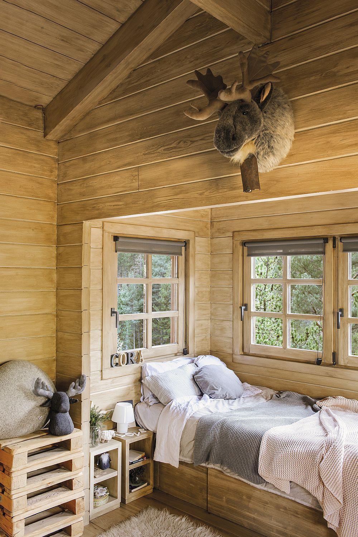 Deși ar părea că nu e cel mai confortabil loc pentru a poziționa un pat, ferestrele au tâmplărie termoizolantă cu geamuri tripan, deci totul este sigur, cald și plăcut, indiferent de anotimp.