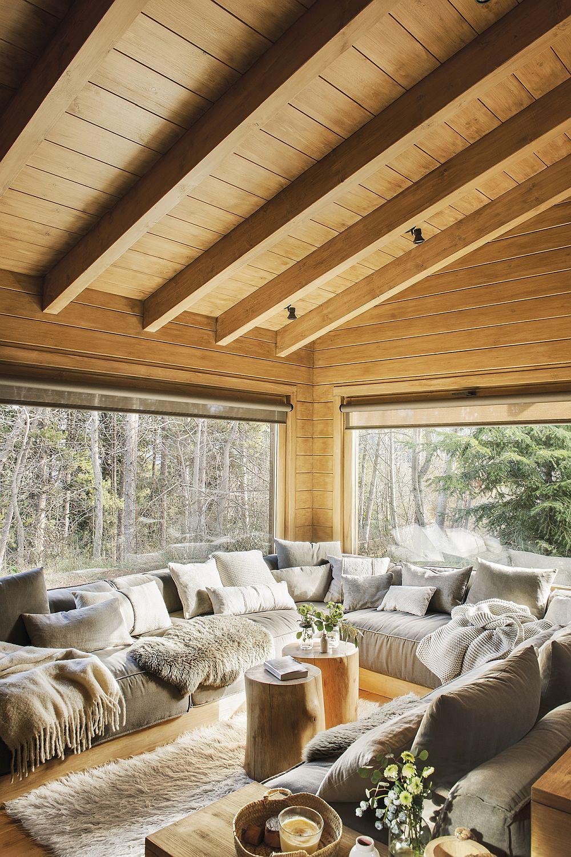 Locul pentru canapea a fost creat în U în dreptul ferestrelor. Astfel există suficient loc pentru ca familia să fie împreună. Contează mult decorațiunile textile pufoase, moi care imprimă senzația de confort.