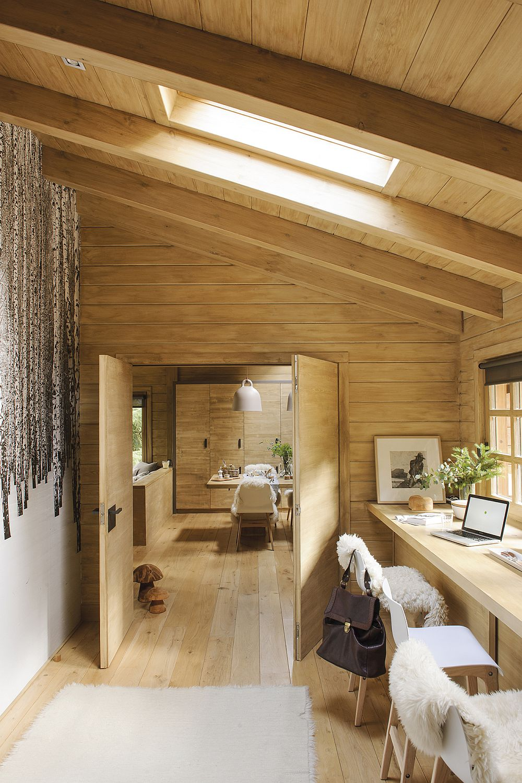 Casa este lungă și îngustă, așa că spațile sunt conecatet între ele aproape similar unei case de tip vagon. Ca spațiu intermediar între zona de zi și cea cu dormitoare, există un birou. Peste tot casa a fost modernizată și prin inserția de ferestre Velux, care aduc mai multă lumină la interior, ceea ce contează enorm, dar și permite casei să fie mai bine ventilată, deci calitatea aerului de la interior este mult îmbunătățită.