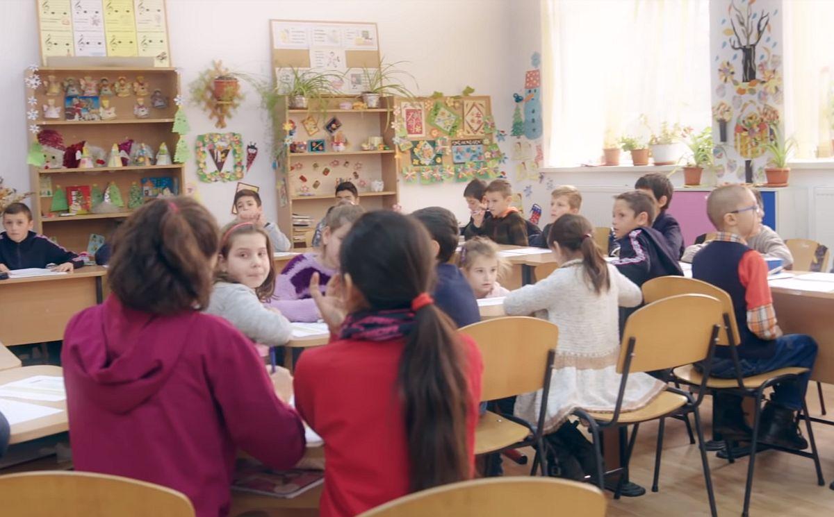 """În cel de-al treilea an școlar consecutiv în care Flanco sprijină programul """"Nouă Ne Pasă"""", derulat de Fundația eMAG, numărul donațiilor din partea clienților și valoarea acestora au crescut în mod considerabil. Astfel, pe parcursul anului 2018, numărul donatorilor a ajuns la aproximativ 100.000, în creștere cu 15% față de anul anterior. Totodată, valoarea donațiilor a crescut cu 10% față de 2017, ajungând la suma de 1.100.00 lei."""
