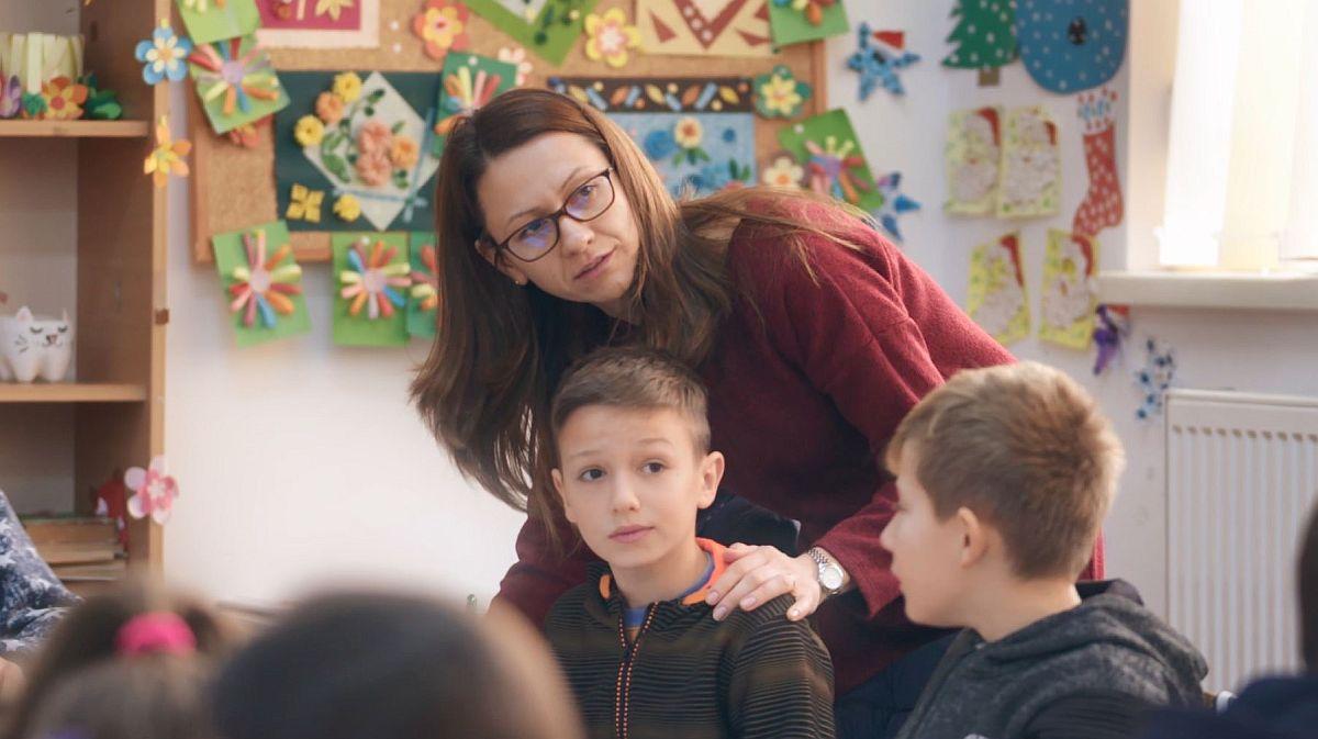 """Programul """"Nouă Ne Pasă"""", derulat de Fundația eMAG cu sprijinul Flanco, implementează centre after-school cu activități de educație remedială pentru copiii din mediul rural, care se află în pericol de abandon școlar. Fiecare centru primește o bursă anuală în valoare de 10.000 euro, care acoperă cheltuielile pentru masa copiilor, materialele didactice și plata profesorilor."""