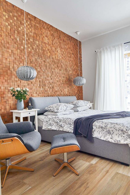 Dormitoarele sunt simple, dar plăcute și odihnitoare. Lemnul este prezent, dar sub altă formă decât inițial, respectiv în loc de lambriuri este folosit un mozaic din lemn pentru a marca locul patului. În rest totul simplu, în alb, iar mobila cu tapițerie gri permite ca prin schimbarea lenjeriei de pat ori accesorilor mici atmosfera să devină alta. Fotoliul cu taburet este o piesă celebră de design și achiziționată de cei care iubesc designul anilor 50-60.