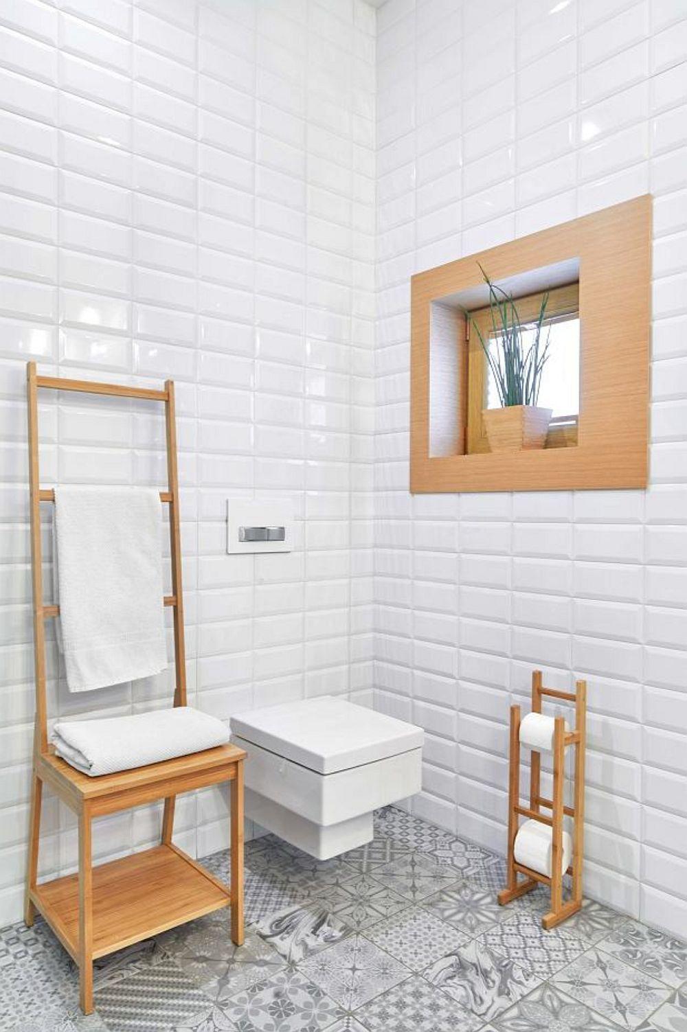 Obiectele sanitare alese sunt unele moderne, cu forme geometrice clare. Pentru ca geamul din baie să nu se simtă meschin, el a fost încadrat de o ramă mai lată în ton cu piesele din lemn prezente în încăpere.