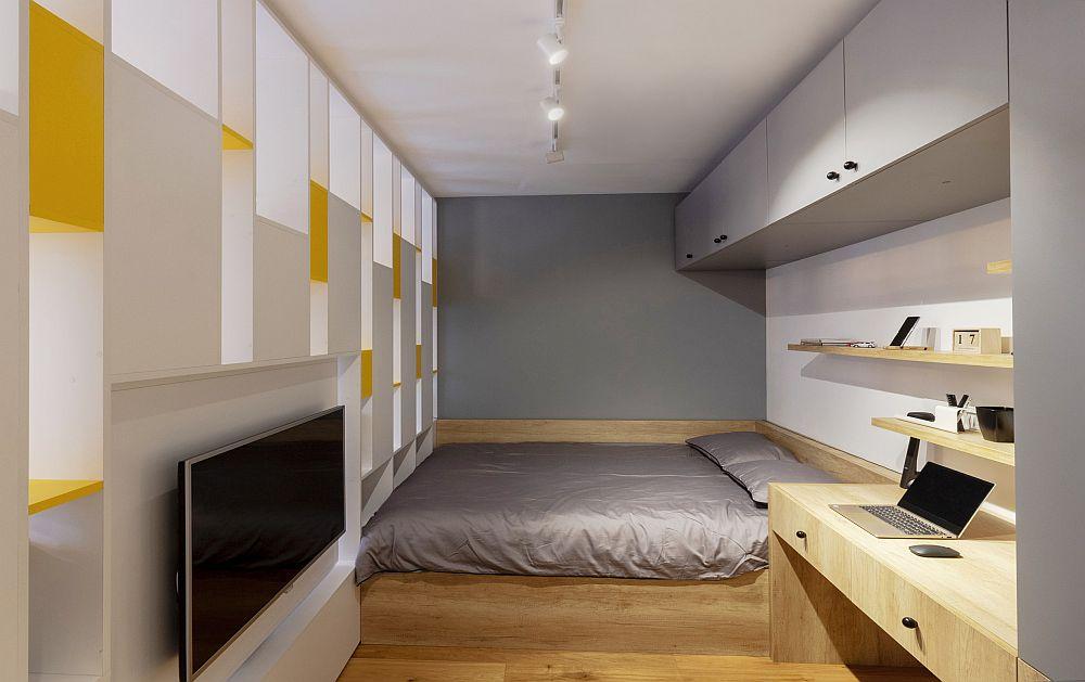 Spațiul de dormit rezultat în urma separării cu biblioteca este de circa 9 metri pătrați. patul a fost poziționat la perete pentru ca restul spațiului să permită amplasarea unui loc de birou și a unui dulap. Panoul cu televizorul este rotativ și poate fi întors și către dormitor.