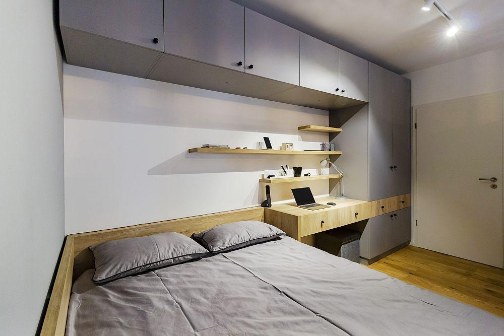Da, un spațiu mici în dormitor, dar excelent exploatat atât pentru spațiu de depozitare cu sertare, cât și dulapuri și rafturi.