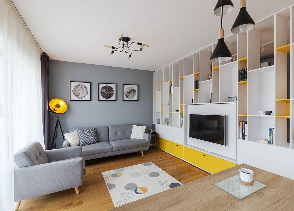 Camera este simplă, dar combinația de culori dinamică și urbană. Accentele de galben sunt binevenite mai ales într-o locuință aflată la Brașov, un oraș cu multe zile ploioase și înnorate.