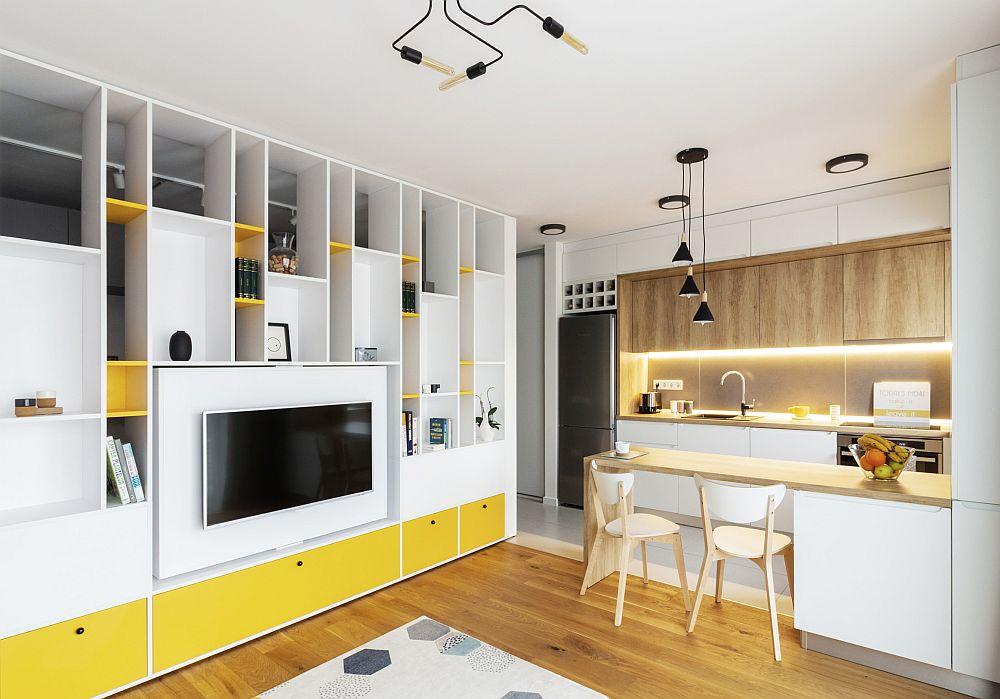 Practic, bucătăria era separată față de cameră, dar pentru a obține un spațiu mai bine organizat, arhitecta a prevăzut desființarea acestui perete, după ce s-a asigurat că nu afectează structura de rezistență a clădirii. Astfel, pe locul actual al mesei din bucătărie exista inițial peretele de separare față de cameră. Biblioteca are un loc de tv care este rotativ, iar spațiile superioare sunt goale pentru a asigura aer și lumină către dormitorul aflat în spate.