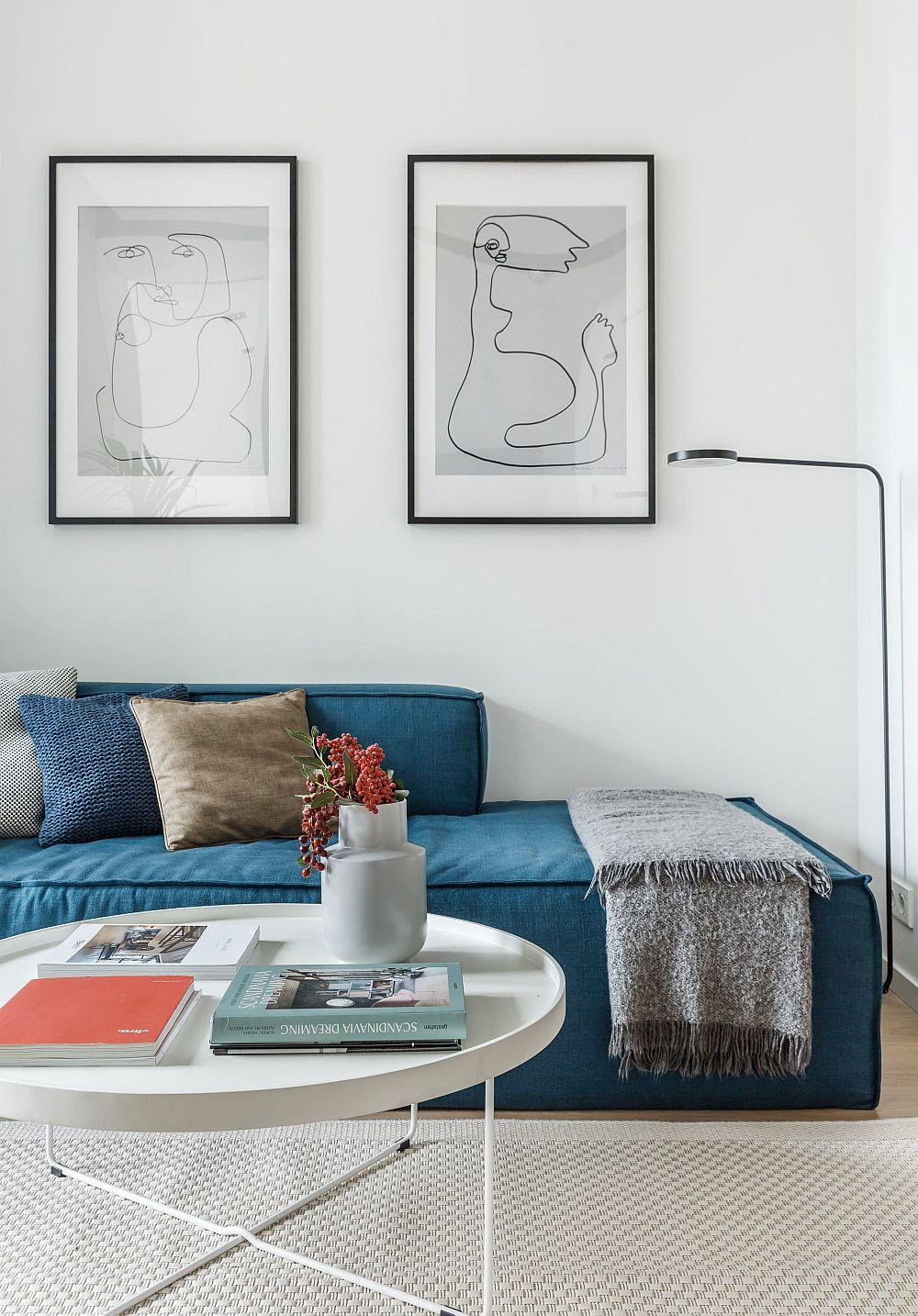 Obiectele cu aspect grafic, subțiri, fine se potrivesc într-un spațiu mic, lăsându-l aerisit. Într-o amenajare minimalistă un accent de culoare, cum ar fi tapițeria canapelei este absolut suficient, mai ales că se pot crea contraste pe suprafețe mici cu ajutorul altor decorațiuni, cum ar fi pernele.