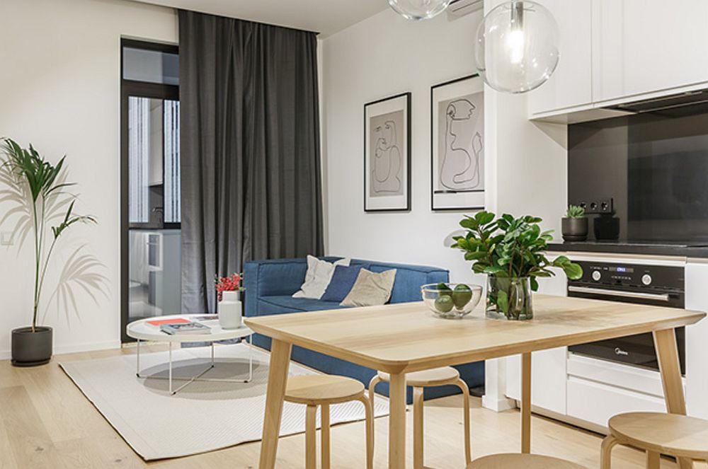 Zona de zi cuprinde bucătăria și locul de canapea. Totul a fost tratat minimalist pentru a nu sufoca spațiul modest ca și dimensiuni.