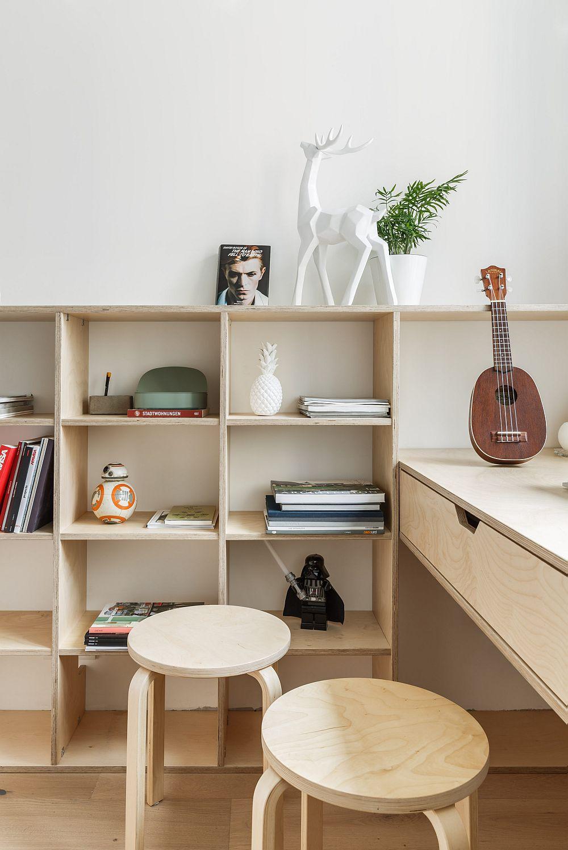Mobilierul pentru birou și dormitor a fost realizat din placaj de lemn pe comandă, adică după proiectul designerilor. Astfel, aspectul obținut este unul scandinav.