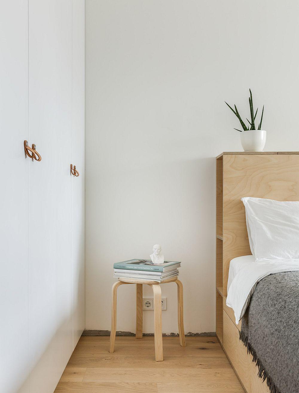 Deși spațiu dormitorului este mic de 11 mp, s-a reușit instalarea unui pat cu saltea de 180 cm tocami pentru că au fost create două uși de acces în cameră.. Un perete între este mobilat cu dulapuri realizate pe comandă. Desigur, tot alb pentru a fi în ton cu pereții, deci mai puțin prezente în spațiu.
