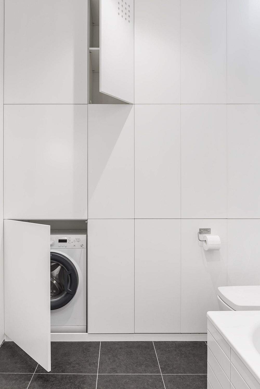 Cea mai mare provocare a amenajării a fost modificarea băii, respectiv extinderea ei către dormitor și hol pentru a se putea obșine un spațiu generos de depozitare, în care să fie mascată și mașina de spălat rufe slim.