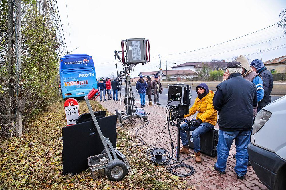 În geacă galbenă talentatul cameramen Florin Bălan, aici operând camera de filmare montată pe macara.