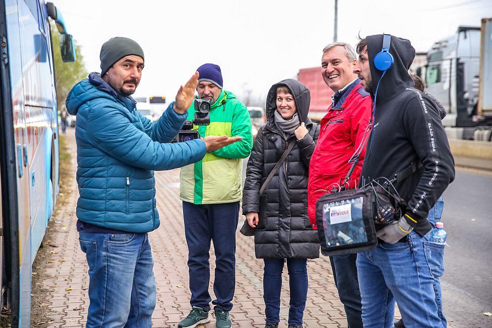 În spatele camerelor sunt mulți oameni dedicați și talentați. I-am surprins în imagine pe o parte dintr ei. De la stânga la dreapta: regizorul Dan Petcan, cameramanul George Focșa, producătorul executiv Oana Nicolae, constructorul Florin Brînzan, sunetistul Răzvan.