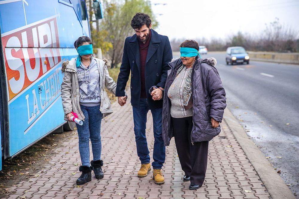 Corneliu Ulici împreună cu bunica Maria și Andreea înainte de momentul preferat al emisiunii Visuri la cheie: MUTĂ AUTOCARUL!