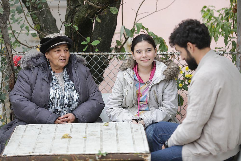 Coneliu Ulici, prezentatorul emisiunii Visuri la cheie, alături de bunica Maria și nepoata Andreea.