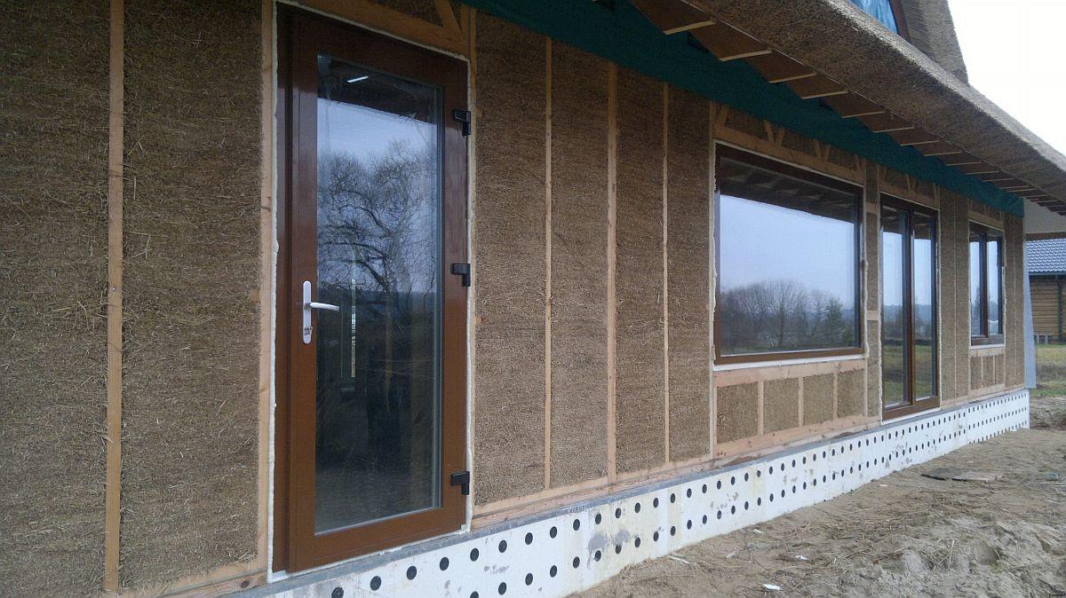 În golurile preconfigurate încă din faza de proiect se montează după ca ușile și ferestrele care pot fi comandate cu tîmplărie termoizolantă.