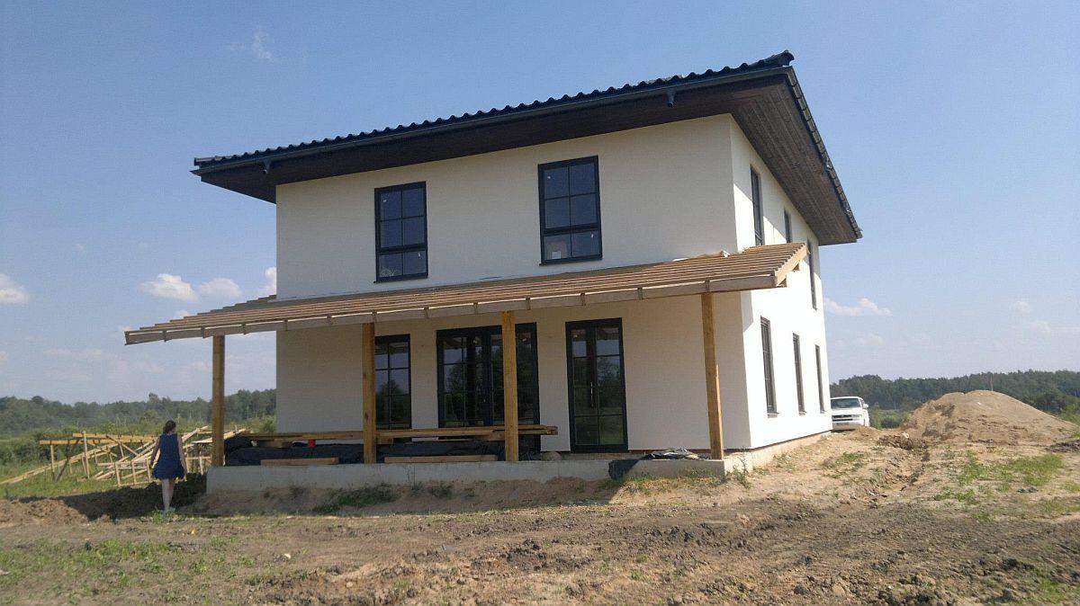 Casele din panouri de paie pot fi configurate cu o arhitectură variată, conform proiectului arhitectului pe care-l angajați, deci chiar dacă cea mai mare parte a materialelor, adică 99% sunt naturale, nu e musai ca locuința să aibă un aspect rustic sau o arhitectură în ton cu trendul eco, așa cum se așteaptă cei mai mulți dintre oameni.
