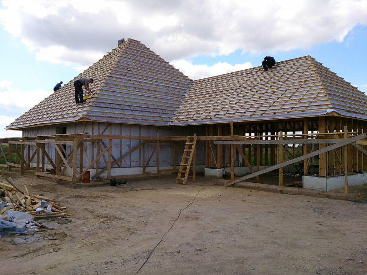 Ca din panouri cu paie în faza de etanșeizare a acoperișului și pregătită pentru aplicarea de tencuieli minerale Kerakoll.