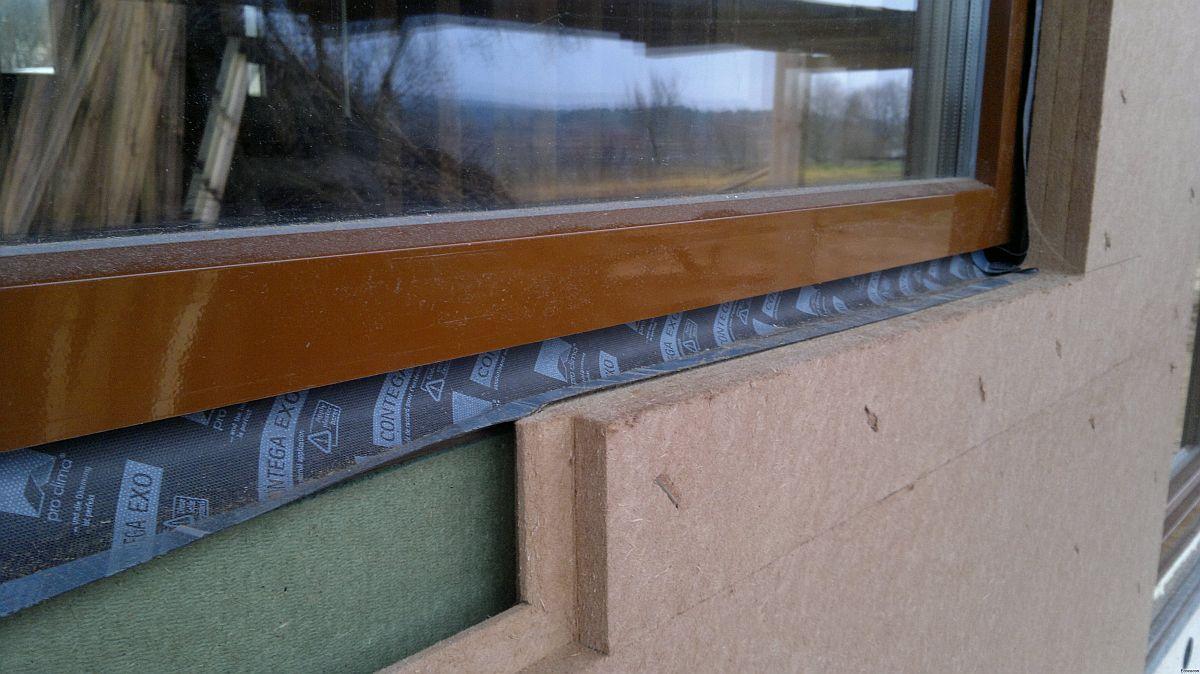 Pentru o bună izolație se folosesc și materiale precum folii de difuzie și antivânt pentru a nu exista niciun fel de punte termică, astfel ca întreaga construcție să-și păstreze caracteristicile de eficiență termică ridicate. Pentru cei care-și doresc o extraizolație la interior se recomandă straturi cu fibre de lână, cânepă, lemn sau celuloză.